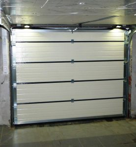 Installatie van sectionale garagepoort met verlichting
